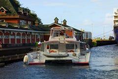 接近的游览小船在金斯敦游轮码头 免版税图库摄影