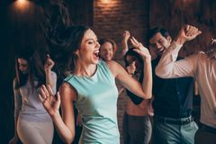 接近的照片优等的汇聚垂悬跳舞的唱歌叫喊尖叫呼喊她她的夫人头发容量飞行打击空气 库存照片