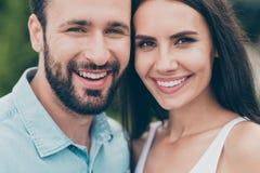 接近的照片迷住正面快乐的激动的青年配偶同伴关系暴牙有胡子有时间游览漫步 免版税图库摄影