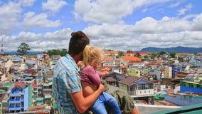 接近的父亲小女孩坐屋顶波浪手神色在城市 股票视频