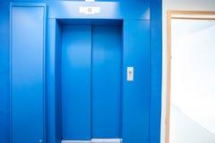 接近的电梯在大厅里 库存图片