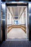 接近的电梯在大厅里 库存照片