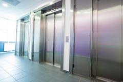 接近的电梯在大厅里 免版税库存照片