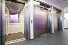 接近的电梯在大厅里 免版税库存图片