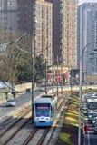 接近的电车在大连,中国的市中心 库存图片