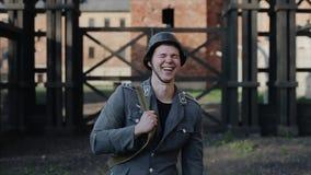 接近的画象观点的一名笑的年轻德国士兵 在背景的被弄脏的集中营 世界大战2 股票视频