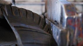 接近的看法巨大的金属刀子切开老卡车轮胎成零件 股票视频