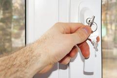 接近的窗口钥匙锁安全孩子 免版税库存照片