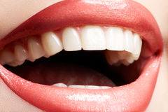 接近的笑的微笑牙上升白人妇女 免版税库存照片