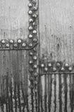 接近的老被绘的铆钉板钢  免版税库存图片
