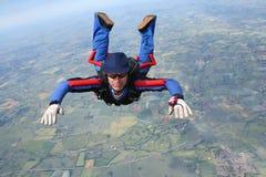 接近的自由下落跳伞运动员 库存图片