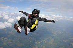 接近的自由下落跳伞运动员 免版税库存图片