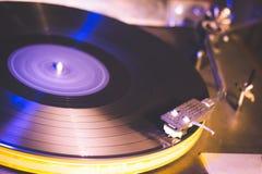 接近的葡萄酒的留声机老使用的歌曲 演奏老歌曲,有乙烯基圆盘的葡萄酒电唱机 免版税库存图片
