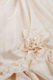 接近的详细资料穿礼服婚礼白色 免版税库存照片