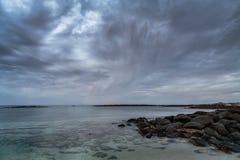 接近的风暴在港神仙,维多利亚,澳大利亚,大洋路,维多利亚,澳大利亚的清早 免版税图库摄影