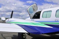 接近的飞机 免版税库存图片