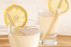 接近的饮料姜柠檬 免版税库存图片