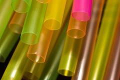 接近的饮料的,软的焦点黄色,橙色,绿色,桃红色秸杆 免版税库存照片
