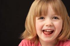 接近的年轻人的女孩纵向微笑的工作&# 免版税库存图片