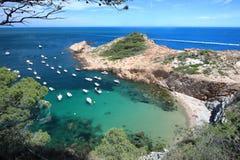 接近美丽的村庄的S ` Eixugador小Sa金枪鱼海滩和海滩在`拉科斯特Brava `,地中海,卡塔龙尼亚,西班牙的 免版税库存图片