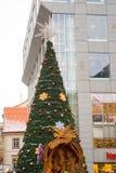 接近购物中心的圣诞节装饰 库存图片
