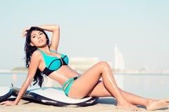 接近水的冲浪者女孩在城市海滩 免版税库存图片