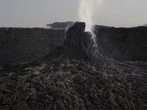 接近Erta强麦酒火山,埃塞俄比亚的抽烟的火山的石峰 库存照片