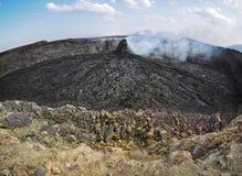 接近Erta强麦酒火山,埃塞俄比亚的抽烟的火山的石峰 免版税库存图片