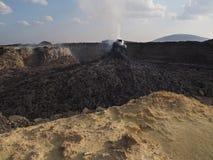 接近Erta强麦酒火山,埃塞俄比亚的抽烟的火山的石峰 免版税库存照片