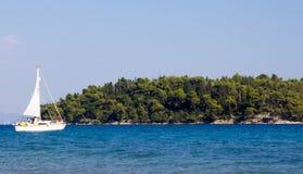 接近Skorpios海岛,莱夫卡斯州的小船 库存图片