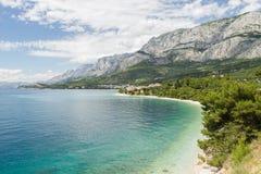 接近Tucepi的一典型的克罗地亚人Pebble海滩 免版税库存图片