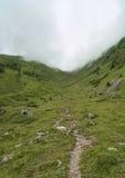 直接远足从山口的路线 免版税图库摄影
