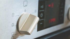 接通一个电烤箱 免版税库存照片