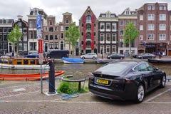 接通充电的电车在街道在阿姆斯特丹 免版税库存图片