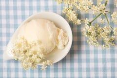 接骨木浆果开花与新鲜的elderflowers的冰淇凌球 免版税库存照片