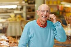 接从愉快的客户的一个电话 库存照片