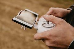 控制与智能手机预览的一条遥远的直升机寄生虫 库存照片