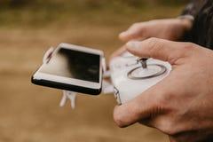 控制与智能手机预览的一条遥远的直升机寄生虫 免版税库存照片