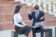 控制和谈论他的助理他们的工作户外 图库摄影
