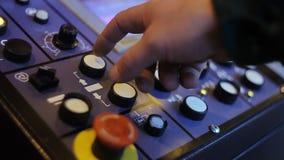控制在控制板的工程师自动化的生产线与屏幕 股票录像