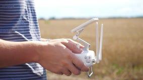 控制在领域的男性手寄生虫 拿着发射机的寄生虫操作员 库存照片