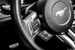 控制多媒体系统的按钮在Ford Mustang 5的方向盘 0辆V-8敞篷车, 2016年 库存照片