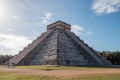 控制奇琴伊察` s古老玛雅废墟的著名金字塔在墨西哥 免版税库存图片