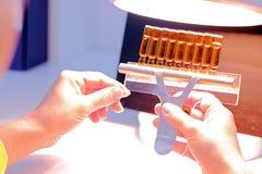 控制实验室配药质量 免版税图库摄影