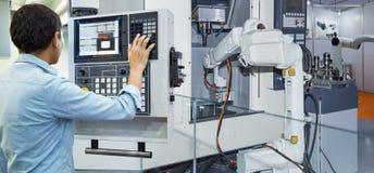 控制工业机器人的维护工程师 库存照片