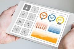 控制巧妙的设备和传感器的聪明的家庭自动化仪表板在房子或公寓里 免版税库存照片