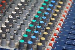 控制搅拌机声音 有尘土老的设备,与浅景深的精选的焦点 免版税图库摄影
