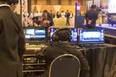 控制收音机和活录影的人 图库摄影