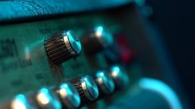 控制板的看法在吉他放大器的 翻转者、瘤和按钮 男性手打开和增长的音乐 股票视频