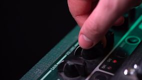 控制板的看法在吉他放大器的 翻转者、瘤和按钮 男性手打开和增长的音乐 影视素材
